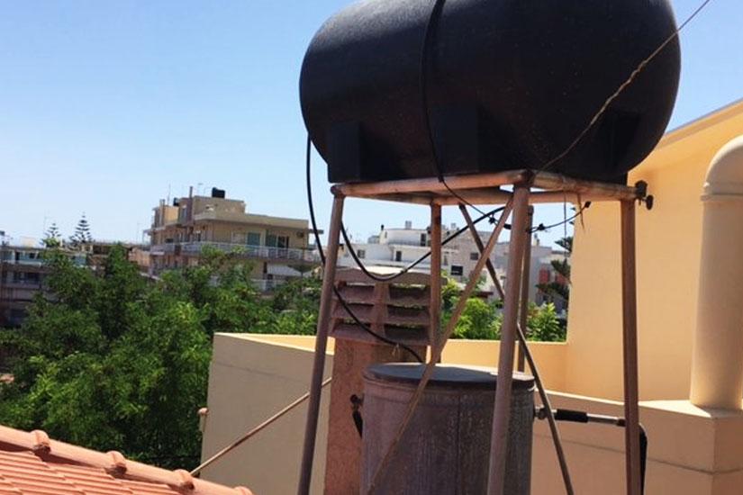 μείωση οπτικής ρύπανσης από τα ντεπόζιτα νερού στοχεύει η Αγία Νάπα