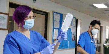 Περήφανοι δηλώνουν γιατροί και νοσηλευτές που εργάζονται στο θάλαμο Covid-19 του ΓΝ Λάρνακας